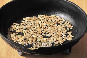 Сковороду смазать растительным маслом, выложить на неё очищенные семечки и при помешивании обжарить их до лёгкого подрумянивания.