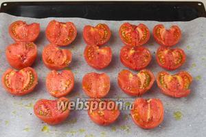 Помидоры разрезать на половинки. Застелить противень пергаментной бумагой, выложить томаты, разрезанной сторон кверху, посолить, поперчить, взбрызнуть маслом.