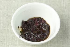 Приготовить заправку к супу. Для этого мелко измельчить базилик в блендере или перетереть в ступе. Добавить соль на кончике ножа, 4 столовых ложки рафинированного растительного масла и 1 чайную ложку бальзамического уксуса. Перемешать.