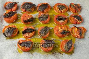 Печёные помидоры вынуть из духовки и добавить в кастрюлю с овощами (которые варились 30 минут).
