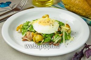 Тёплый салат с хрустящим беконом, пармезаном и яйцом-пашот