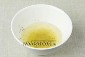Сделать заправку: для этого в пиале смешать сок половины лимона, 4 ложки оливкового масла, соль и перец. Перемешать.