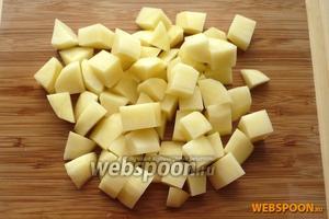 Картофель нарезать крупными брусочками.