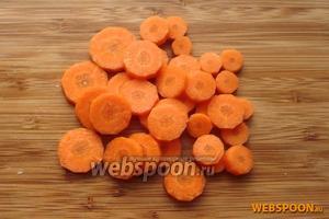 Морковь нарезать крупными кружочками.