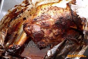 Разрежьте рукав и достаньте кости (они вынимаются без усилий и надрезов). Подавать с овощами, поливая сверху медово-горчичным соусом, в котором готовилось мясо.