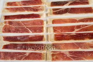 Нарезать тесто с ветчиной на полоски шириной 2-3 см.