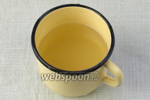 В металлической ёмкости развести сахар с 250 миллилитрами очищенной воды. Довести до кипения и варить 3 минуты.