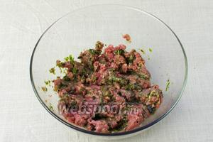 Зелень и мясо вымыть. Листочки базилика отделить от стеблей (они не понадобятся). Мясо с зеленью пропустить через мясорубку.