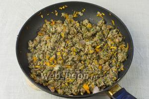 В сковороду добавить мясной фарш и жарить ещё 7-10 минут.