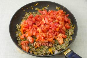 Добавить рубленные помидоры, посолить и поперчить. Накрыть крышкой и тушить 10 минут.