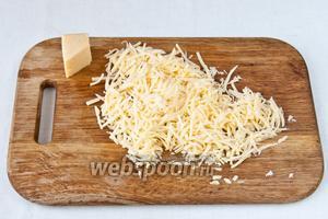 Натираем на крупной тёрке сыр.