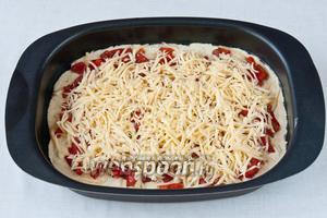 Выкладываем начинку из помидоров и перца, сверху посыпаем сыром.