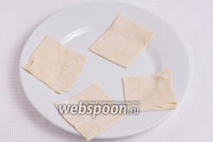Подготовленное тесто режем на квадратики размером примерно 8х8 см.