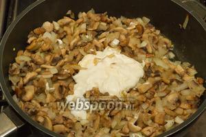После 25 минут общей жарки грибов и лука, добавляем сметану и майонез, солим и перчим. И всю эту смесь жарим ещё 5 минут, а потом отставляем её охлаждаться.