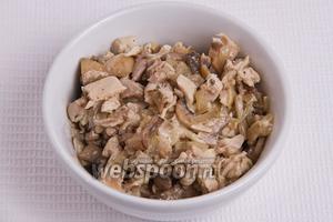 Затем смешиваем мясо с жаренными грибами и луком.
