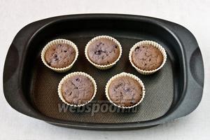 Выпекать до готовности 30 минут.  Желательно в течении первых 20 минут не открывать духовку, чтобы кексы смогли подняться.