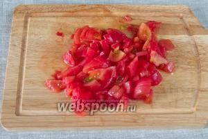 Сделать надрезы на помидорах, бланшировать в кипятке 15 секунд, опустить в холодную воду, снять кожуру, порезать кубиками.