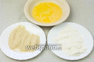 Панировочные сухари и муку насыпать в разные тарелки. Яйцо слегка взбить вилкой.
