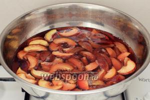 Персики залить сахарным сиропом, положить 1 палочку корицы и довести кипения. Снять с огня и дать полностью остыть.