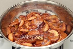 Добавить лимонный сок в варенье, довести до кипения и варить 20-30 минут. Затем убавить огонь до минимума и извлечь палочку корицы.