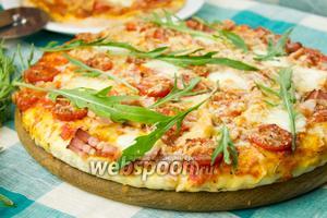 Пицца с беконом и рукколой