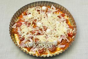 Посыпать пиццу пармезаном и выпекать в разогретой 180 °С духовке около 20-30 минут.