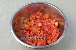 На помидорах сделать поперечные надреза, обдать их кипятком и через минуту слить воду. Снять кожуру и порубить ножом.