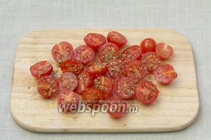 Помидоры черри порезать на половинки, присыпать орегано, посолить и взбрызнуть оливковым маслом.