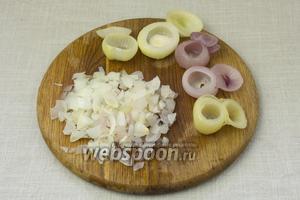 Из верхушек луковицы сделать крышечки (срезать не полностью), сердцевину достать и мелко порубить.