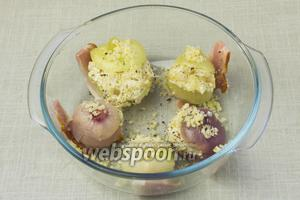 Луковицы начинить овощным фаршем и выложить на пластины бекона в огнеупорную форму. Посыпать оставшимся сыром и  поставить в разогретую до 200 °С духовку на 10 минут.