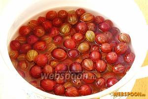 Подготовленные ягоды крыжовника поместить в кастрюлю, налить немного воды, закрыть кастрюлю крышкой и припустить плоды до размягчения.