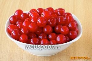 У 1 кг ягод черешни удалить плодоножки и вымыть их.