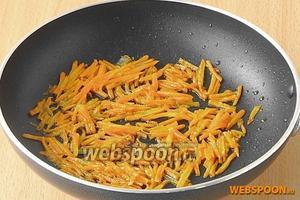 Спассеровать морковь на масле до мягкости и остудить.