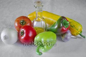 Чтобы приготовить цукини с овощами, необходимо взять цукини, томаты, перец, лук, чеснок, соль, сахар, оливковое масло, сливки 15 %, перец молотый, сыр твёрдых сортов.