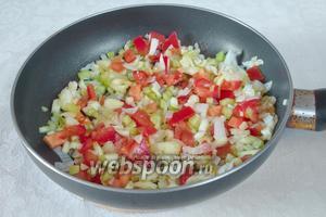 Добавить овощи и продолжить пассеровать ещё 5 минут.