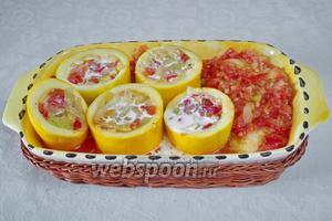 Заполнить цукини овощами. Влить в каждую форму по 1 чайной ложке сливок. Оставшуюся мякоть выложить в судок. Залить дно судка горячим томатным соусом.
