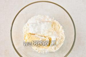 В подтаявшее масло добавить сахарную пудру и сухое молоко, перемешать.