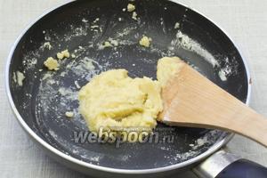 Добавить муку и смешать со сливочным маслом до состояния однородной массы.
