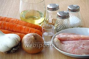 Для приготовления салата нужно взять свежую морковь, куриное филе, репчатый лук, чеснок, растительное масло, чёрный и красный молотый горький перец, уксус и соль.