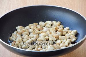 На сковороде разогреть растительное масло и обжарить на нём филе до лёгкого подрумянивания. В конце обжаривания слегка посолить.