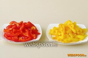 Стручки сладкого перца вымыть, очистить от плодоножек и семяносцев с семенами, после чего разрезать на 4 части и каждую четвертинку нарезать лапшой.