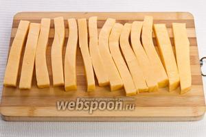 Нарезаем сыр в виде палочек длиной 10-12 см и толщиной 1 см.