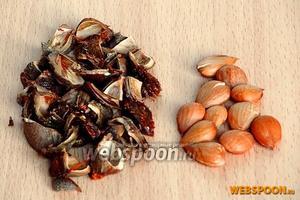 Косточки расколоть, вынуть ядра и вставить их в отверстия абрикосов.