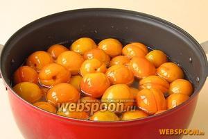 Подготовленные абрикосы с ядрами залить горячим сиропом и оставить на 12 часов.