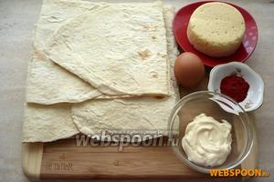 Для приготовления чипсов из лаваша с сыром и паприкой вам понадобятся: тонкий армянский лаваш, яйцо, сметана, сыр и паприка.