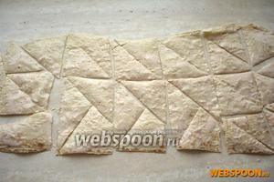 Нарезать его на треугольники или квадраты и запекать в духом шкафу на сухом противне при температуре 190 ˚С в течение 3-5 минут, до золотистого цвета.