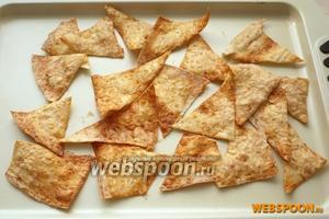 Готовые чипсы из лаваша подавать самостоятельно или с соусом.