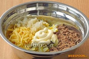Салат посолить по вкусу и заправить майонезом. При подаче салат можно украсить зеленью.