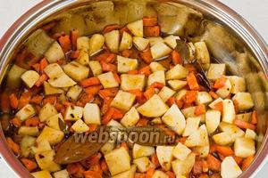 Добавляем картофель и обжариваем на среднем огне 5 минут.