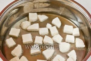 Добавляем в сковороду масло, разогреваем и обжариваем с двух сторон сыр.